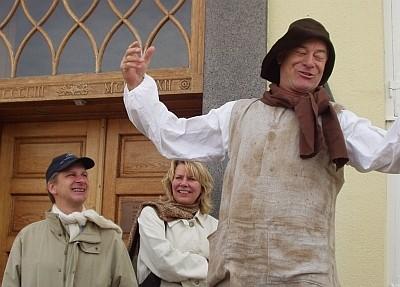 Niels Andersen som Jeppe, bag ham Henrik Koefoed og Kirsten Olesen. Foto fra 2004 - déngang hvor Holberg Teatret blevet præsenteret ved det gamle rådhus