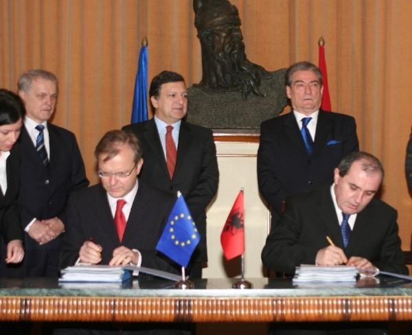 PM Sali Berisha og UM Besnik Mustafaj (forrest th) har haft besøg af Jose Manuel Barroso og Olli Rehn (forrest tv) fra EU