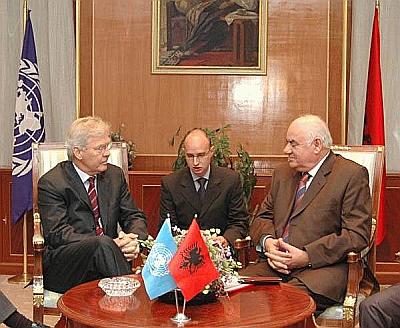 SRSG Søren Jessen-Petersen på besøg hos Præsident Moisu et par dage før drøftelserne i Sikkerhedsrådet 24.10.2005. Foto: Præsidentkontoret