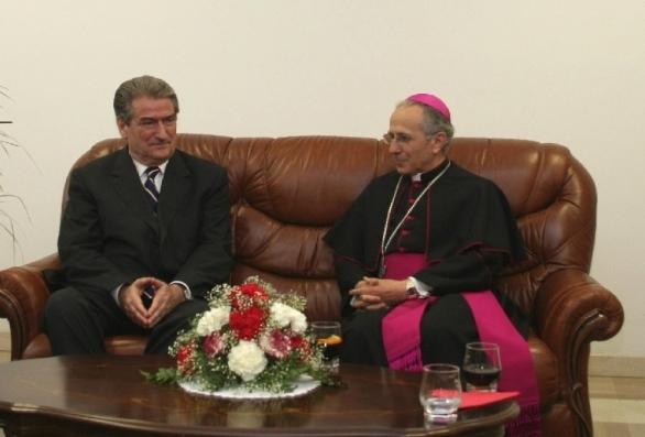 PM Sali Berisha med den romersk-katolske Ærkebiskop Rrok Mirdita i katedralen i Tirana. April 2006.